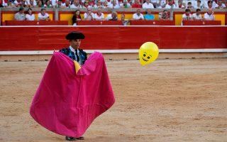 Ωραία ιδέα. Οχι δεν κυνηγούν μπαλόνια στην αρένα του Σαν Φερμίν στην Παμπλόνα. Εξακολουθούν να γίνονται ταυρομαχίες προς τιμή του αγίου και να θυσιάζουν στο τέλος τους ταύρους. Το μπαλόνι, μάλλον ξέφυγε από κάποιο παιδί και ο φωτογράφος αποτύπωσε την εικόνα της ημέρας. REUTERS/Jon Nazca