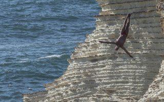 Το τέλειο. Μια βουτιά με άψογο στυλ από το σημείο Raouche στο Λίβανο. Δέκα κυρίες και 14 κύριοι, έκαναν βουτιές από τα 21 και 24 μέτρα στο πλαίσιο του Red Bull Cliff Diving World Series.  EPA/Nabil Mounzer