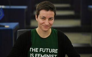 Το ρούχο είναι το μήνυμα. Ορκωμοσία στην Ελληνική Βουλή με κάποιες από τις κυρίες να ξεχωρίζουν πάνω στα ψηλοτάκουνά τους και τα βραδινά τους ρούχα. Οσο για το Ευρωκοινοβούλιο η ηγέτης των Πρασίνων, Ska Keller επέλεξε ένα μακό μπλουζάκι με μήνυμα.  EPA/PATRICK SEEGER