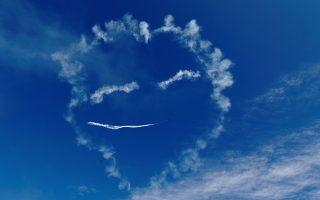 Να μας χαμογελάσει λίγο... Κέφια είχε ο Λιθουανός πιλότος Kairys και με ένα SU-31 έφτιαξε θεϊκά χαμόγελα με φόντο τον καταγάλανο ουρανό. Η φωτογραφία είναι από την επίδειξη Wings Over Baltics στην Λετονία. REUTERS/Ints Kalnins