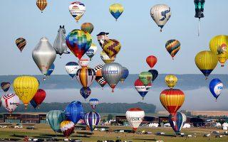 Ζεστός αέρας. Ενα ολόκληρο φεστιβάλ αφιερωμένο στα αερόστατα γίνεται στο Chambley της Γαλλίας. Μάλιστα έχει τέτοια επιτυχία που φέτος προσπάθησαν να σπάσουν το ρεκόρ του 2017 με 456 συμμετοχές που γέμισαν τον ουρανό με χρώματα.  REUTERS/Charles Platiau