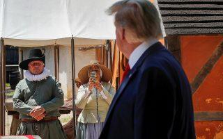 Αυστηρά παραδοσιακό. Δεν άντεξε η υπάλληλος του μουσείου του Jamestown  στο Williamsburg, της Βιρτζίνια και έβγαλε το κινητό με τα μοτίβα λεμόνια. Αλλωστε που θα είχε την ευκαιρία να απαθανατίσει από τόσο κοντά τον Ντόναλντ Τραμπ. . REUTERS/Carlos Barria