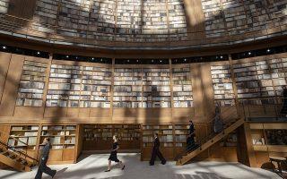 Με έμπνευση από την Εθνική Βιβλιοθήκη. Την νέα της κολεξιόν παρουσίασε για την Chanel η σχεδιάστρια Virginie Viard. Αψογα ρομαντικά σύνολα, πάντα πιστά στην γραμμή του οίκου με φόντο μια βιβλιοθήκη που μοιάζει τόσο πολύ με την δικιά μας Εθνική Βιβλιοθήκη στο νέο της σπίτι στο ΚΠΙΣΝ. EPA/IAN LANGSDON