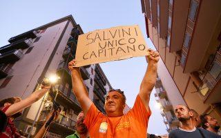 Οπαδός του Ματέο Σαλβίνι εκφράζει τα συναισθήματά του για τον υπουργό Εσωτερικών. Οι αφίξεις προσφύγων στην Ιταλία έχουν μειωθεί δραματικά.