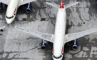 Αισθητές απώλειες κατέγραψαν επίσης οι μετοχές των αεροπορικών εταιρειών στην Ευρώπη, ύστερα από την ανακοίνωση της γαλλικής κυβέρνησης πως θα επιβάλει περιβαλλοντικό φόρο.