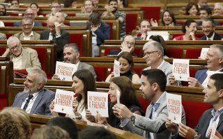 Εκπρόσωποι των κεντροδεξιών Ciudadanos με χαρτιά που γράφουν «θα το εμποδίσουμε ξανά», εννοώντας νέο δημοψήφισμα για ανεξαρτησία της Καταλωνίας.