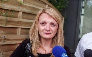 Η σύζυγος του Βενσάν Λαμπέρ, Ρασέλ, μιλάει κλαίγοντας σε δημοσιογράφους μπροστά από το νοσοκομείο όπου άφησε την τελευταία του πνοή.