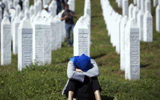 Μια γυναίκα κλαίει σε νεκροταφείο του Ποτοκάρι, κοντά στη Σρεμπρένιτσα.