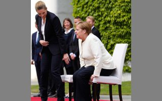 Η Γερμανίδα καγκελάριος και η πρωθυπουργός της Δανίας Μέτε Φρέ-ντρικσεν... παραβιάζουν το πρωτόκολλο της ορθοστασίας, στο Βερολίνο.