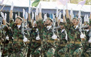Μέλη των Ιρανών Φρουρών της Επανάστασης σε παρέλαση.