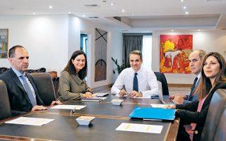 Από αριστερά, ο υπουργός Επικρατείας Γιώργος Γεραπετρίτης, η υπουργός Παιδείας Νίκη Κεραμέως, ο πρωθυπουργός Κυριάκος Μητσοτάκης και οι υφυπουργοί Παιδείας Βασίλης Διγαλάκης και Σοφία Ζαχαράκη κατά τη χθεσινή σύσκεψη.