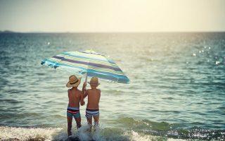 Η συχνή επάλειψη με αντηλιακό μπορεί να προστατεψει τα παιδιά από τον ήλιο.