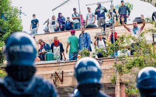 Μάχη με μετανάστες και Ιταλούς που έμεναν σε εγκαταλελειμμένο σχολείο στην περιοχή Πριμαβάλε, στα περίχωρα της Ρώμης, έδωσαν Ιταλοί αστυνομικοί. Μετά την επιτυχή επιχείρηση εκκένωσης του κατειλημμένου κτιρίου, ο δήμος της Ρώμης δεσμεύθηκε να βρει λύση στέγασης για 200 άτομα.