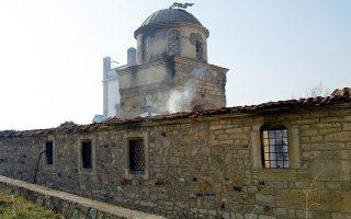 Φωτογραφία αρχείου από την πυρπόληση εκκλησίας στο Κόσοβο. Βανδαλισμοί τάφων σημειώθηκαν προχθές στην πρώην σερβική επαρχία.