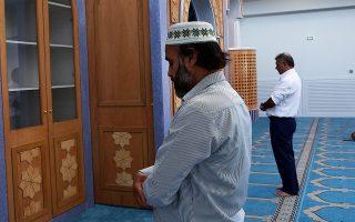 Μουσουλμάνοι κάτοικοι Αθηνών προσεύχονται στο νέο τέμενος, στην περιοχή του Βοτανικού.