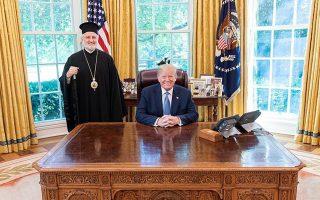 Ο νέος Αρχιεπίσκοπος Αμερικής Ελπιδοφόρος με τον πρόεδρο των ΗΠΑ Ντόναλντ Τραμπ κατά τη συνάντησή τους στον Λευκό Οίκο.