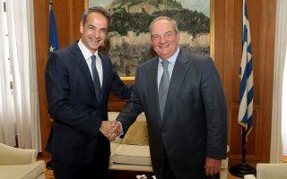 Ο πρωθυπουργός Κυριάκος Μητσοτάκης με τον πρώην πρωθυπουργό Κώστα Καραμανλή, κατά τη συνάντησή τους στη Βουλή.