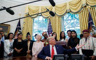 Ο Αμερικανός πρόεδρος Ντόναλντ Τραμπ πλαισιωμένος από επιζήσαντες θρησκευτικών διώξεων, στον Λευκό Οίκο.