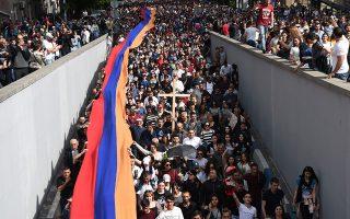 Χιλιάδες άνθρωποι, με μία γιγαντιαία αρμενική σημαία και ένα σταυρό, πραγματοποίησαν πορεία μνήμης στο Γερεβάν για τη σφαγή 1,5 εκατομμυρίου Αρμενίων στην Οθωμανική Αυτοκρατορία.