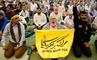 Παραδοσιακά αντιαμερικανικά συνθήματα στις προσευχές της Παρασκευής, στο τέμενος του ιμάμη Χομεϊνί στην Τεχεράνη.