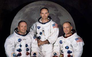 Aπό αριστερά οι Νιλ Αρμστρογκ, Μάικλ Κόλινς και Εντουιν «Μπαζ» Ολντριν σε «οικογενειακή» φωτογραφία, φορώντας τις διαστημικές στολές τους. EPA/NASA