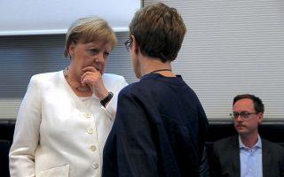 Η Γερμανίδα καγκελάριος Αγκελα Μέρκελ συνομιλεί με τη νέα υπουργό Αμυνας Ανεγκρετ Κραμπ- Κάρενμπαουερ. EPA/HAYOUNG JEON