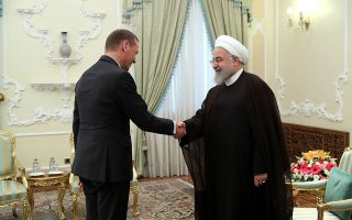Ο Γάλλος πρόεδρος Εμανουέλ Μακρόν, ο οποίος πέρασε πάνω από μία ώρα το περασμένο Σαββατοκύριακο μιλώντας στο τηλέφωνο με τον Ιρανό ομόλογό του, απέστειλε τον ανώτατο διπλωματικό σύμβουλό του Eμανουέλ Μπον (αριστερά) στην Τεχεράνη για να συνεχίσει τις διαπραγματεύσεις με τον Χασάν Ροχανί (δεξιά).