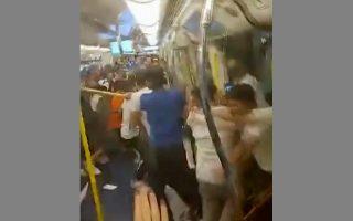 Διάφορα βίντεο κατέγραψαν την επίθεση μασκοφόρων ενα-ντίον διαδηλωτών στον σταθμό του Γιουέν Λονγκ.