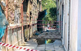 Ζημιές σε κτίριο στο κέντρο της Αθήνας από τον σεισμό 5,1 Ρίχτερ την περασμένη Παρασκευή.