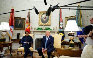 Ο Τραμπ κατά τη συνάντησή του με τον Πακιστανό πρωθυπουργό.