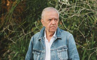 Εφυγε από τη ζωή, σε ηλικία 82 ετών, ο κινηματογραφιστής Σταύρος Τσιώλης. Μοναδικός στο στυλ και στα εκφραστικά του μέσα, ο Ελληνας σκηνοθέτης μάς κληροδότησε σπουδαίες ταινίες, όπως τα «Παρακαλώ, γυναίκες, μην κλαίτε» και «Ας περιμένουν οι γυναίκες», αφήνοντας το δικό του αποτύπωμα στην ιστορία του σύγχρονου ελληνικού κινηματογράφου και αποκτώντας πιστούς θαυμαστές, οι οποίοι επιστρέφουν διαρκώς στο έργο του.