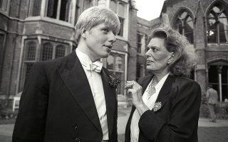 Ο Mπόρις Τζόνσον το 1986 με την τότε υπουργό Πολιτισμού της Ελλάδας Μελίνα Μερκούρη, πριν από την ομιλία της για τα Ελγίνεια στην Οξφόρδη.