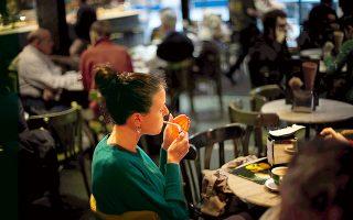 Τους επόμενους μήνες, η εφαρμογή του αντικαπνιστικού νόμου θα επεκταθεί και στους κλειστούς χώρους μπαρ, εστιατορίων και καφετεριών.