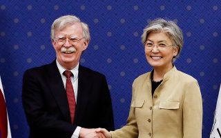 Η υπουργός Eξωτερικών της Νότιας Κορέας ανταλλάσσει χειραψία με τον σύμβουλο Εθνικής Ασφαλείας των ΗΠΑ.