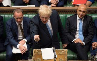 Ο Μπόρις Τζόνσον (στιγμιότυπο από την πρώτη του ομιλία ως πρωθυπουργός στη Βουλή) προχώρησε σε μαζική εκκαθάριση του υπουργικού συμβουλίου από κάθε μετριοπαθές στέλεχος της Τερέζα Μέι, αντικαθιστώντας το με ένα «πολεμικό» συμβούλιο σκληρών υποστηρικτών του Brexit.