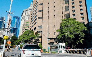 Εξωτερική άποψη της φυλακής του Σωφρονιστικού Κέντρου Μετροπόλιταν, όπου ο χρηματιστής Τζέφρι Επσταϊν βρέθηκε αναίσθητος και τραυματισμένος.