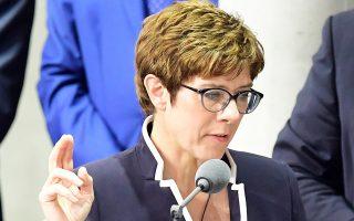 Η νέα υπουργός Αμυνας της Γερμανίας Ανεγκρετ Κραμπ-Κάρενμπαουερ, κατά τη χθεσινή ορκωμοσία της.