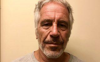 Σύμφωνα με αναφορές των ΜΜΕ, ο Επσταϊν βρέθηκε ημιλιπόθυμος και με σοβαρά τραύματα στον λαιμό του, ενώ βρισκόταν στο κελί του και ανέμενε τη δίκη του.