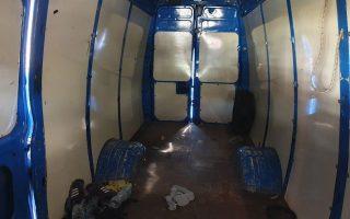 Η καρότσα του κλειστού φορτηγού όπου ανακάλυψε η αστυνομία το παράνομο ανθρώπινο φορτίο και τους διακινητές του.
