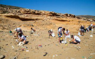 Η παραλία Βρυσί της Αστυπάλαιας έμοιαζε με έναν μεγάλο σκουπιδότοπο. Οι ιστιοπλόοι καθάρισαν την παραλία και τη θαλάσσια περιοχή.