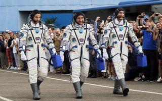 epitychis-ektoxeysi-toy-pyrayloy-poy-metaferei-treis-astronaytes-ston-iss0