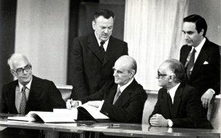 O συγγραφέας μάς υπενθυμίζει την πρωτοβουλία Καραμανλή το 1955, όταν έθεσε όρο στον βασιλιά Παύλο να πάψουν οι διώξεις κατά των αριστερών για να αναλάβει την πρωθυπουργία.