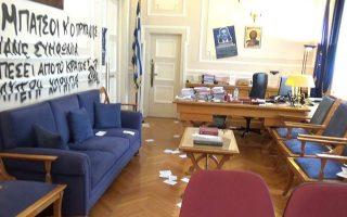 Το γραφείο του πρύτανη του ΟΠΑ μετά την εισβολή ομάδας κουκουλοφόρων, στις 22 Μαΐου 2019.