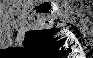 Στην Ουάσιγκτον τα ρολόγια έδειχναν 4 λεπτά πριν από τις 11 το βράδυ της 20ής Ιουλίου και στην Αθήνα σχεδόν 5 το πρωί της άλλης ημέρας. Εκείνο το βράδυ, πάνω στη σκονισμένη επιφάνεια της Σελήνης, αποτυπώθηκε για πρώτη φορά ένα ανθρώπινο χνάρι, που έγινε το σύμβολο «ενός τεράστιου άλματος για την ανθρωπότητα».