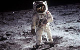 Η θεωρία της ανυπαρξίας ανθρώπινης παρουσίας στο φεγγάρι αναζωπυρώθηκε το 2001, όταν ο Μπαρτ Σιμπρέλ δημιούργησε ντοκιμαντέρ 47 λεπτών που τιτλοφορείτο «Κάτι αστείο συνέβη στον δρόμο μας προς τη Σελήνη».
