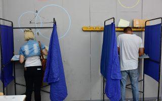 Μέλη της Νέας Δημοκρατίας ψηφίζουν για τις εσωκομματικές εκλογές του κόμματος στο Ναύπλιο, Κυριακή 13 Μαΐου 2018. Στις εσωκομμματικές κάλπες προσέρχονται την Κυριακή 155.000 μέλη της ΝΔ, για την ανάδειξη διοικήσεων στις νομαρχιακές και τοπικές οργανώσεις καθώς και αντιπροσώπων για το συνέδριο του κόμματος που αναμένεται να γίνει τον ερχόμενο Δεκέμβριο. ΑΠΕ-ΜΠΕ /ΑΠΕ-ΜΠΕ/ΜΠΟΥΓΙΩΤΗΣ ΕΥΑΓΓΕΛΟΣ