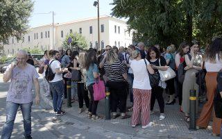 Κόσμος έχει εκκενώσει το νοσοκομείο Ερρίκος Ντυνάν μετά την ισχυρή σεισμική δόνηση μεγέθους 5,1 βαθμών της Κλίμακας Ρίχτερ που σημειώθηκε στις 14:13 με επίκεντρο τον ορεινό όγκο της Πάρνηθας πάνω από τη Μάνδρα και τη Μαγούλα, Αθήνα, Παρασκευή 19 Ιουλίου 2019. ΑΠΕ-ΜΠΕ/ΑΠΕ-ΜΠΕ/ΣΥΜΕΛΑ ΠΑΝΤΖΑΡΤΖΗ