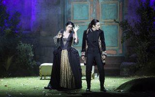 H Μυρτώ Παπαθανασίου και η Μαίρη-Ελεν Νέζη σε μια σκηνή, στο Ηρώδειο, από την κορυφαία όπερα του Χέντελ. Θ. ΔΑΣΚΑΛΑΚΗΣ