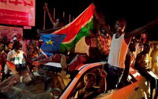 Χιλιάδες Σουδανοί πολίτες συγκεντρώνονται στο κέντρο της Τζούμπας, πρωτεύουσας του νεοσύστατου κράτους του Νότιου Σουδάν, για να πανηγυρίσουν για την ανεξαρτησία της χώρας από τη Δημοκρατία του Σουδάν, το 2011. (AP Photo/Pete Muller)