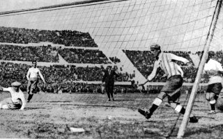 Ο Ουρουγουανός ποδοσφαιριστής Πάμπλο Δοράδο ανοίγει το σκορ του μεγάλου τελικού της παρθενικής διοργάνωσης του Παγκοσμίου Κυπέλλου Ποδοσφαίρου, στο Μοντεβιδέο, το 1930. Η Ουρουγουάη επικράτησε με 4-2 της Αργεντινής και έγινε η πρώτη ομάδα που κατακτά το πολυπόθητο τρόπαιο του κορυφαίου ποδοσφαιρικού θεσμού. (AP Photo)